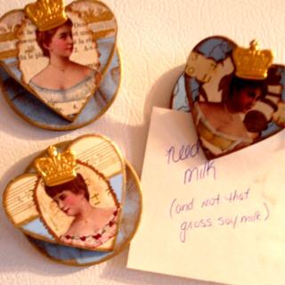Three_queens_on_fridge